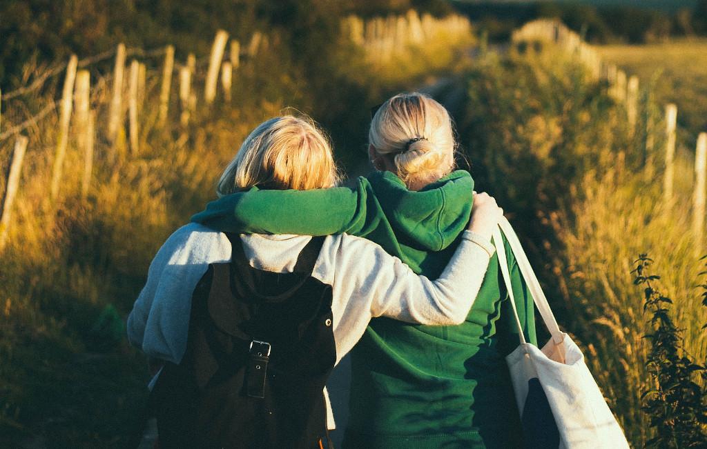 Image de deux personnes amies